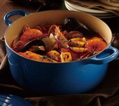 ル・クルーゼのお鍋「ココット・ロンド」で煮込むことにより、 魚介類の旨みを十分に引き出したブイヤベースです。 材料(4~5人分/ココット・ロンド24cm使用) 有頭エビ 8尾 ムール貝 8個 あさり(殻付き) 350g