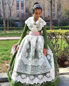 Spanish Woman, Spanish Fashion, Traditional Fashion, Historical Clothing, Lace Skirt, Gowns, Lady, Skirts, Vintage Outfits