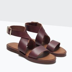 Flat burgundy leather sandals. Cross-over strap and ankle buckle fastening. Zara.