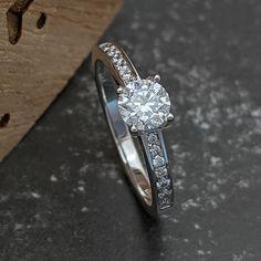 Očarujúci závoj z diamantov žiari v prsteni Livia a vaša princezná čaká na to, kedy jej ho, šťastnej a priehrštím neskrývanej lásky pýriacej sa, odovzdáte. Jej odpoveď bude sladká, z milovaných úst je predsa každé slovo sýtené nehou. My vieme, že pravá láska si môže nárokovať najvyššie požiadavky, preto sme do tohto prstienka osadili brilianty s vynikajúcimi parametrami čistoty a farby, pričom centrálny diamant má neprehliadnuteľnú, 0,5ct karátovú hmotnosť. Diamond Engagement Rings, Heart Ring, Jewelry, Jewlery, Jewerly, Schmuck, Heart Rings, Jewels, Jewelery