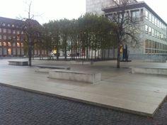 """Siddeplads i massiv granit. Jarmers Plads, København. Pladsen bruges meget af skatere der bla. øver """"slides"""" på bænkene."""