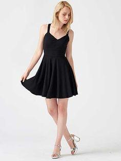 Siyah kloş elbise: Dilvin, gümüş rengi ayakkabılar: Kemal Tanca