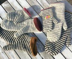 Størrelser: år / år / S / M / L Garn: Uld med løbelængde på ca 400 gram Pind: mm Crochet Mittens, Knitted Gloves, Knitting Socks, Crochet Stitches, Knit Crochet, Fingerless Mitts, Owl Hat, Knitting Accessories, Hand Warmers