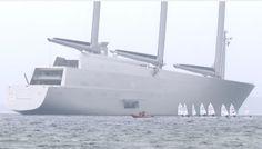 Рядом с яхтой «А» маленькие парусники просто теряются.