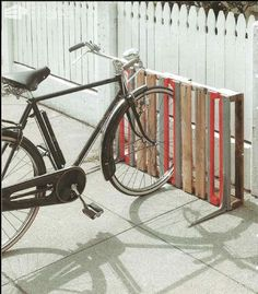bike rack from old pallets.be really cool to paint the American flag on it! Creative DIY bike storage racks to solve the Pallet Bike Racks, Diy Bike Rack, Bike Storage Rack, Bicycle Rack, Garage Storage, Outdoor Bike Storage, Bicycle Stand, Storage Stairs, Patio Storage