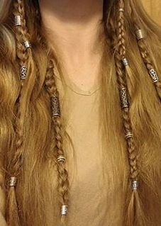 Love the contrast of loose hair and small braids with stuff in it