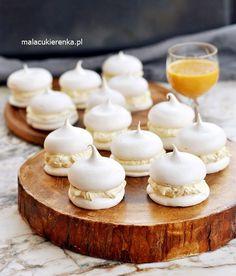 Bezowe Całuski z Likierem – PRZEPIS – Mała Cukierenka Meringue Pavlova, Polish Recipes, Polish Food, Sweet Bakery, Homemade Cakes, Mini Cupcakes, Waffles, Food And Drink, Menu