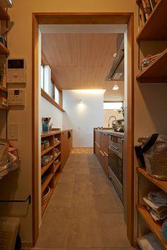 三軒茶屋の家 -都市でも気持ちよく住まう家-: (有)菰田建築設計事務所が手掛けたキッチンです。 New Room, Pantry, Kitchen Design, New Homes, Stairs, Architecture, Building, House, Home Decor