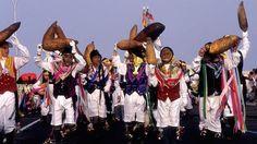 Carnaval de Arrecife, Lanzarote - Los buches  llevan en las manos enormes vejigas hinchadas de pescado y cubren el rostro con caretas de malla metálica mientras cantan y bailan por las calles.
