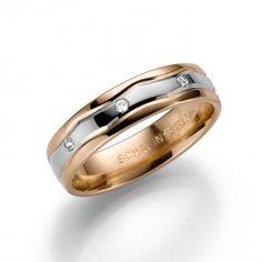 Vacker+förlovningsring/vigselring+i+18K+vit-och+rödguld+från+Schalins+i+serien+Exklusiv.+Ringen+har+tre+stycken+diamanter+infattade+på+totalt+0,03ct.+Den+är+5,0mm+bred+och+1,5mm+hög.+