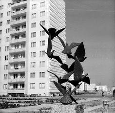 Das erste in Halle-Neustadt aufgestellte Kunstwerk: Taubenbrunnen von Rudolf Hilscher im 1. Wohnkomplex, 1970. Foto: Stadtarchiv