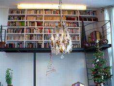 Buena idea para viviendas de techos altos: una librería… arriba