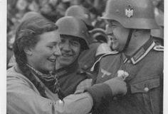 Die deutschen Soldaten wurden freundlich empfangen. Mehr dazu hier: http://www.nachrichten.at/nachrichten/150jahre/tagespost/Die-Tragoedie-unserer-Geschichte;art171761,1688314 (Bild: Landesarchiv)