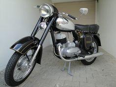 Jawa 175 Typ 356    Baujahr 1956 bis 1961  Motor: Einzylinder Zweitakt  Hubraum: 171,7 ccm  Bohrung/Hub: 58 x 65 mm  Leistung: 6,5 kw (9,6 PS) bei 5000 U/min  Höchstgeschwindigkeit: 90 km/h  Gewicht: 115 kg  Sekundärkette: 1/2 x 5/16 120 Glieder  Übersetzung: 47/16 Zähne  Bremsbacken: 140 mm / 35 mm  Felgen: vorn 1,60x16 / hinten 1,85x16  Bereifung: vorn 3.00x16, hinten 3,25x16 Jawa 350, Cafe Racing, Motor Scooters, Braveheart, Old Bikes, Classic Bikes, Vespa, Cars And Motorcycles, Motorbikes