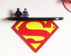 Estante de madera Wonder Woman DIMENSIONES: Altura 142 mm (5,6 pulgadas) ancho-300 mm (11,8 pulgadas) profundidad: 7 cm (2,8 pulgadas) Ideal para los niños o los fanáticos de personajes de cómic. Se puede colgar en la pared por ejemplo. También hace un bonito regalo. ¡ Éntreme en contacto con si usted necesita otro tamaño o color) # Estantería se vende sin un LEGO #