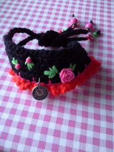 Armband van wol, gehaakt, roosje en kraaltjes