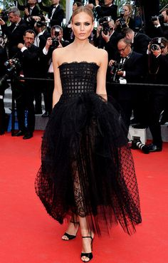 Natasha Poly looks gorgeous in statement earrings and strapless Oscar de la Renta gown at #Cannes2014 Red Carpet.