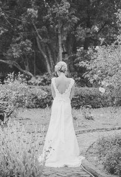 V-shaped back, lace, bow // Alyona Photography