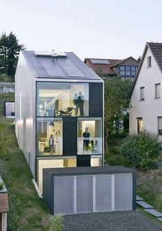 einfamilienhaus schmales grundstück glasfront hanglage