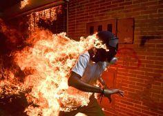 Una foto de las protestas anti Maduro en Venezuela ganadora del World Press Photo 2018. https://www.huffingtonpost.es/2018/04/12/una-foto-de-las-protestas-anti-maduro-en-venezuela-ganadora-del-world-press-photo-2018_a_23409433/?utm_hp_ref=es-homepage