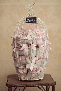 Jaulas de pájaros para guardar los detalles para invitados, genial!!