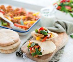 Snelle recept voor pita broodjes met kip, groenten en een yoghurtsausje. Een heerlijke snelle, makkelijke en gezonde maaltijd voor ieder moment van de week. Nederlands recept.