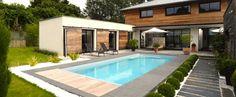 La piscine paysagée par l'esprit piscine - Piscine 8 x 3,5 m. Revêtement gris clair, Escalier d'angle intérieur avec mini banquette, Margelles en granit noir flammé