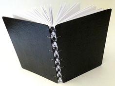 caderno pequeno capa dura, encadernação artesanal copta, lombada impressa. 10 x 14 cm