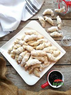 Cornuletele fragede cu untura si smantana sunt cele mai fragede din lume. O rețetă simplă si delicioasa de cornulețe. Apple Pie, Biscuits, Cookies, Chicken, Mai, Desserts, Food, Crack Crackers, Crack Crackers