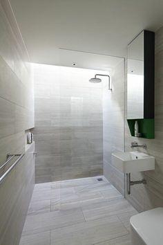 jolie salle de bains en gris clair, surfaces lisses et belles
