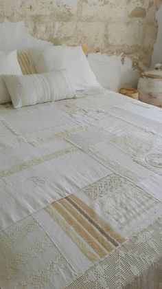 how to make a doily wreath Vintage Quilts, Vintage Fabrics, Vintage Sewing, Vintage Linen, Shabby Chic Quilts, Upcycled Vintage, Wedding Dress Quilt, Neutral Quilt, Quilt As You Go