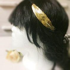 Headband plume doré Les Créa de Marie - Pour une soirée entre copines ou bien pour tous les jours, le joli headband plume doré se porte facilement.