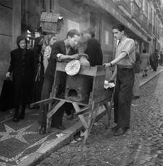 Seller of chestnuts // Lisbon // // Photographer: Horácio Novais Studio Nostalgic Pictures, Vintage Pictures, Old Pictures, Old Photos, Time Photography, Vintage Photography, History Of Portugal, Portuguese Culture, Visit Portugal