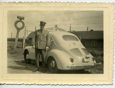 Achiel De Corte aan zijn wagen van Touring wegenhulp (een Renault) in de Vijverwegel.