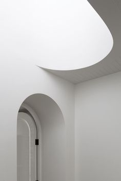 Arched door meets smooth curved stair cutout at Hopetoun Road Residence architecture design inspiration Detail Architecture, Minimal Architecture, Space Architecture, Scandinavian Architecture, Concrete Architecture, Arch Interior, Interior Stairs, Minimalist Home Decor, Minimalist Interior