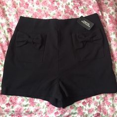 NWT Bow Highwaisted Shorts  Brand new, tags still attached & never worn! • 2 bows on front nonfunctional pockets (it was difficult to get the lighting right so that you could see them) • side zipper closure • photos do not do these high-waisties justice.. These are even cuter in person Reasonable offers are welcome! Forever 21 Shorts