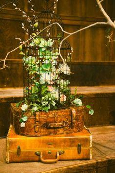 maletas vintage y jaula con flores