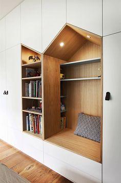 Efektní vestavěný nábytek v pokoji malého syna