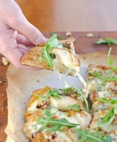A pizza bursting with juicy pears, tangy blue cheese, toasted walnuts, sweet caramelized onions and peppery arugula. Kitchen Recipes, Gourmet Recipes, Cooking Recipes, Tostada Pizza Recipe, Pear Pizza, Artisan Pizza, Artisan Bread, Onion Pie, Gourmet Sandwiches