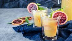 Punch aux agrumes sans alcool accompagnés de tranches d'oranges sanguines