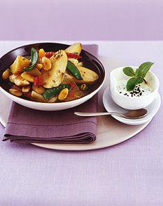 Kartoffelcurry mit Mandeln, Hähnchenbrust und Minzjoghurt - Rezepte - [LIVING AT HOME]
