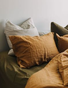 Apartment Therapy Christmas Decor Why terracotta-colored linen is the new trend that you can find in your . - Why terracotta colored linen is the new trend you need in your bedroom - Linen Bedroom, Home Bedroom, Bedroom Decor, Linen Bedding, Bedroom Colors, Bedding Sets, Brown Bedding, Mustard Bedding, Sheets Bedding