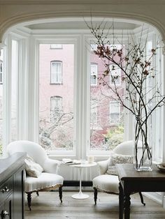 Bay windows are a wonderful feature in any home. Their distinctive architectural design is an ideal opportunity for imaginative and creative bay window decorating. There are some bay window decorating ideas that you can use Transitional Living Rooms, Transitional Decor, Transitional Kitchen, Townhouse Interior, Brownstone Interiors, Apartment Interior, Apartment Chic, Kitchen Interior, Windows