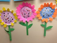 + Ideas for DIY Art Projects to Try With Your Kids craft ideas for kids, three flowers made from paper plates, colored with pencils, with stalks made from green paper and petals made from yellow, pink and orange paper Paper Plate Crafts, Paper Crafts For Kids, Paper Plates, Easter Crafts, Cardboard Crafts, Wood Crafts, Christmas Crafts, Art Diy, Diy Art Projects