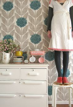 Pink pyrex + Orla Kiely wallpaper oh my! Living Room Wallpaper Pattern, Pink Pyrex, Dottie Angel, Granny Chic, Inspirational Wallpapers, Retro, Decoration, Making Ideas, Paper Flowers