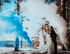 casal-fumaça-colorida-azul-branco-casamento