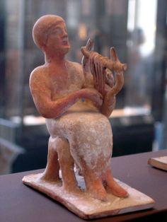 Le joueur de lyre, Musée du Louvre. Provenance : Thèbes. datation : 525-475 av. notre ère. Musée du Louvre