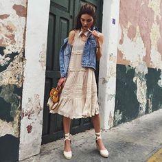 Fresco e femminile, il look proposto dalla fashion blogger Negin Mirsalehi è perfetto per un weekend di primavera: abito ricamato, mini bag in camoscio, gilet in denim e sandali espadrillas!