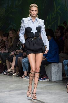 Versace's spring-summer 2020 runway show delivered a nostalgic punch during Milan Fashion Week. First, Donatella Versace offered up a showing of tailored pieces… Donatella Versace, Gianni Versace, Fashion Night, Fashion Week, Runway Fashion, High Fashion, Fashion Show, Womens Fashion, Fashion Design