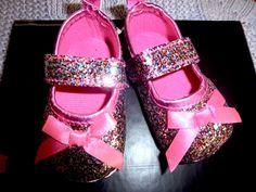 Mary Janes em Glitter, tons rosa, remate em Laço de Cetim Rosa. Tamanho 11cm de sola exterior  (aconselhado 3 a 9 meses).Preço 9€ (acrescem portes dos CTT) Pool Slides, Mary Janes, Glitter, Exterior, Sandals, Fashion, Sequins, Shades, Party